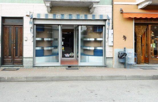 LOCALE VETRINATO, POSIZIONE STRATEGICA SU STRADA DI FORTE PASSAGGIO