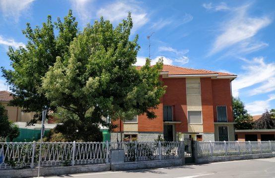 BIFAMILIARE CENTRO PAESE CON CORTE E GIARDINO